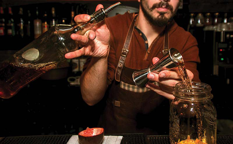 cocktail pour bartender